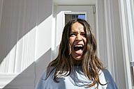 Brunette young woman screaming - CHAF000589