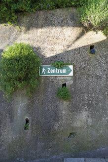 Austria, Kitzbuehel, sign post to the centre - VIF000348