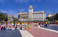 Spain, Barcelona, children playing on Placa Catalunya - AM004113