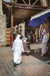 UAE, Dubai, Deira, traditional dressed man at a souk - NK000304