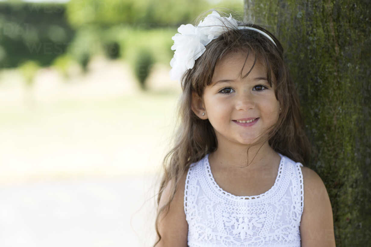Portrait of smiling little girl leaning on a tree - GDF000811 - Gabi Dilly/Westend61