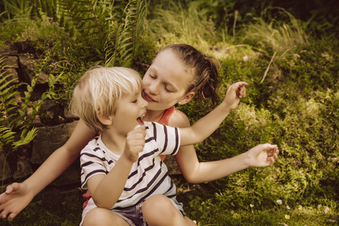 Girl and little boy playing in garden - MFF001889