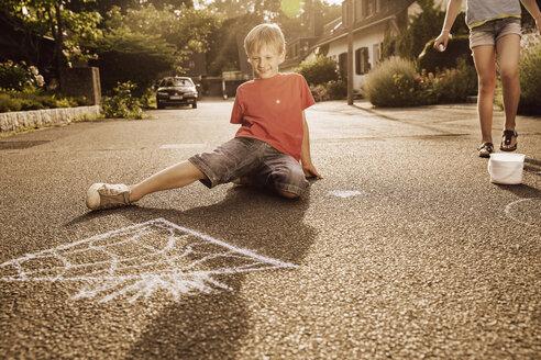Children using sidewalk chalk in their neighborhood - MFF001945