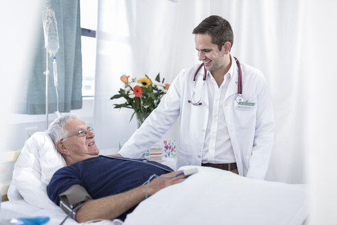 Doctor and patient in a hospital room - ZEF006246