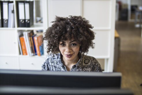 Young woman in office working at computer - FKF001205
