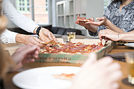 Colleagues in office sharing pizza - FKF001276