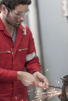 Car mechanic at work in repair garage, grinding machine - ZEF006995