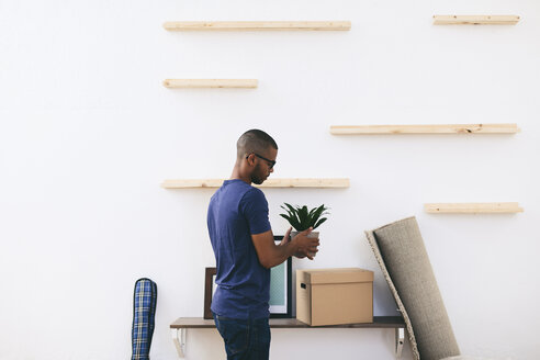 Young man moving in - EBSF000825
