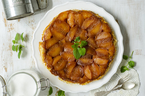Plate with Tarte Tatin garnished with mint leaves - ODF001140