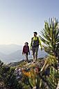 Austria, Tyrol, couple hiking at Unterberghorn - RBF002917