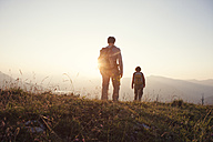 Austria, Tyrol, couple hiking at Unterberghorn at sunset - RBF002936