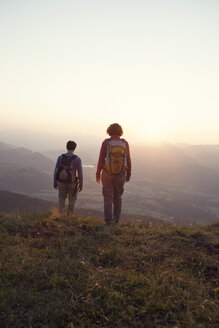 Austria, Tyrol, couple hiking at Unterberghorn at sunset - RBF002944
