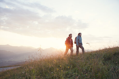 Austria, Tyrol, couple hiking at Unterberghorn at sunrise - RBF002954