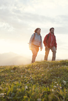 Austria, Tyrol, couple hiking at Unterberghorn at sunrise - RBF002963