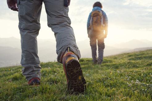 Austria, Tyrol, couple hiking at Unterberghorn at sunrise - RBF002971