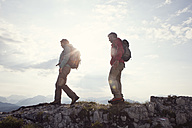 Austria, Tyrol, couple hiking at Unterberghorn - RBF002977