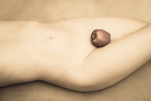 Apple covering the pudenda of a nude young woman - FC000717