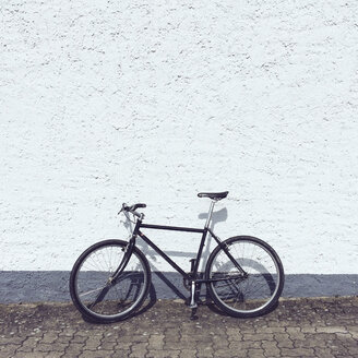 Bicycle at house wall - GCF000105