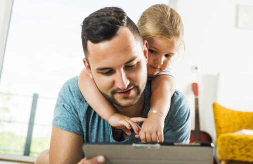 Father and daughter digital tablet - UUF005159
