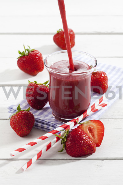 Glass of strawberry smoothie - CSF025972