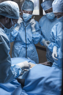 Surgical team operating patient - ZEF007372