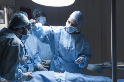Surgical team during an operation - ZEF007378