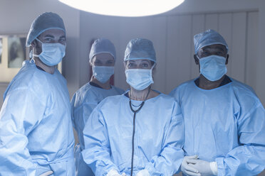 Portrait of surgical team wearing masks - ZEF007466