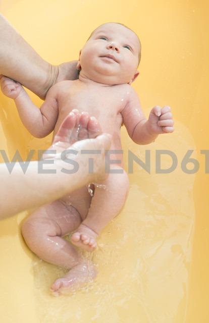 Senior woman bathing newborn baby - DEGF000483 - Deyan Georgiev/Westend61