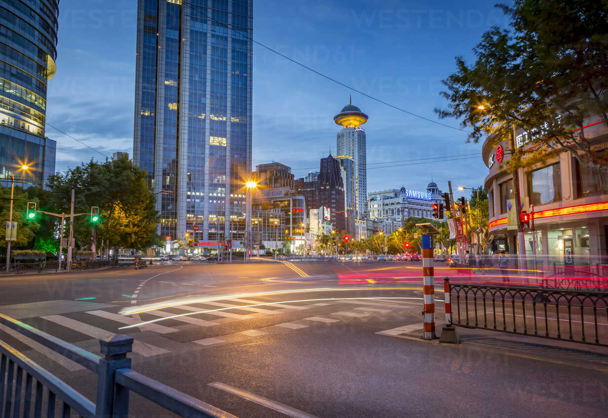 China, Shanghai, intersection at peoples square at twilight - NKF000345 - Stefan Kunert/Westend61