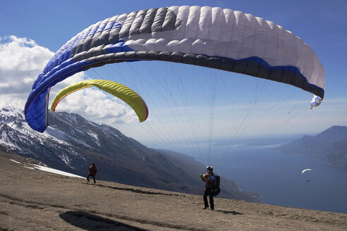 Paragliders starting in front of Lake Garda - TMF000029