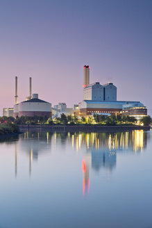 Germany, Hamburg, coal power plant in the evening - MEMF000912