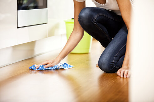 Woman wiping the floor - MFRF000363