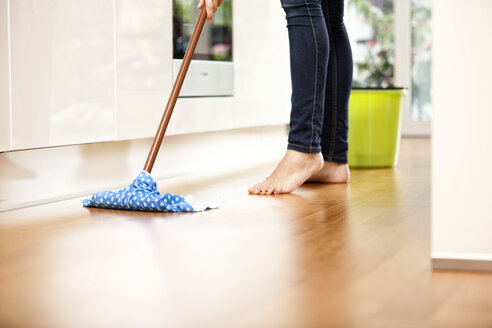 Woman wiping the floor - MFRF000366