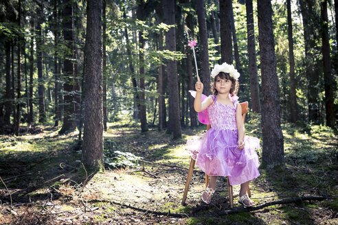 Little girl dressed as a fairy in the woods - VTF000436