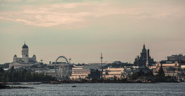 Finland, Helsinki, Skyline in the evening - FCF000761