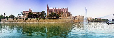 Spain, Balearic Islands, Mallorca, Palma, View of La Seu Cathedral, Panorama - AMF004127