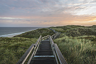 Germany, Sylt, Wenningstedt, boardwalk to the beach - KEBF000239