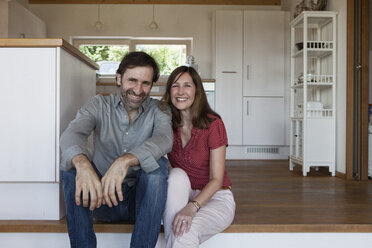 Mature couple sitting on floor, front view - RBF003300