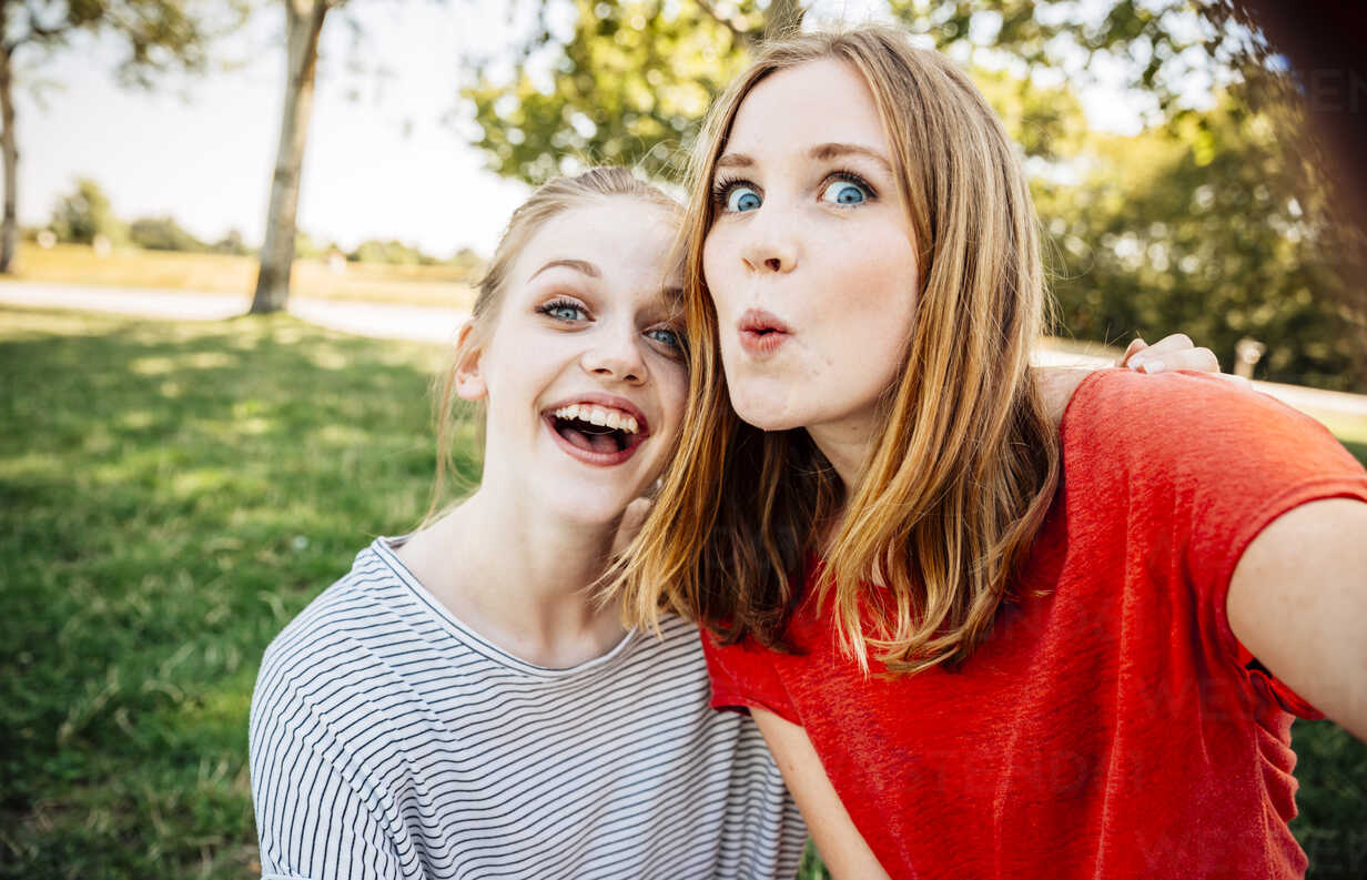 Two playful teenage girls taking a selfie - AIF000053 - AustrianImages/Westend61
