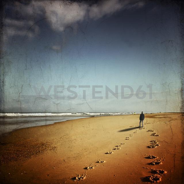 France, Contis-Plage, man walking on the beach looking to the sea - DWI000580 - Dirk Wüstenhagen/Westend61