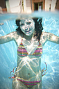 Portrait of young woman underwater in a swimming pool - TOYF001102