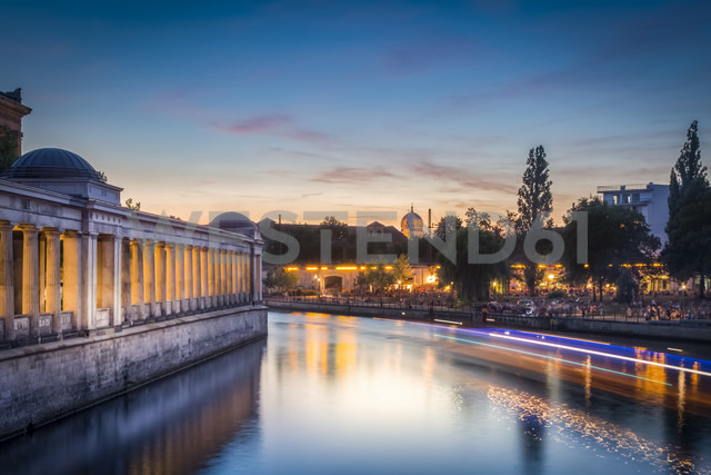 Germany, Berlin, Spree river, Alte Nationalgalerie and New Synagoge aduring sunset - NKF000346