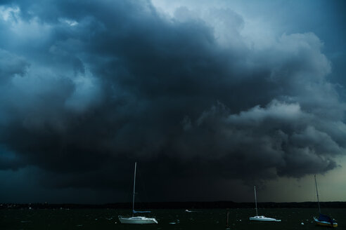 Germany, Stegen at Ammersee, sailing boats at thunderstorm - TC004835