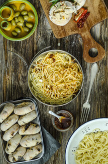 Spaghetti with tomato pesto, parmesan and selfmade buns of olives and tomatoes on a wooden board - ODF001205