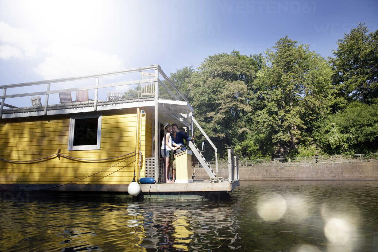 Couple having a trip on a house boat - FMKF001978 - Jo Kirchherr/Westend61