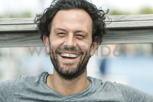 Portrait of happy man outdoors - FMKF001940 - Jo Kirchherr/Westend61