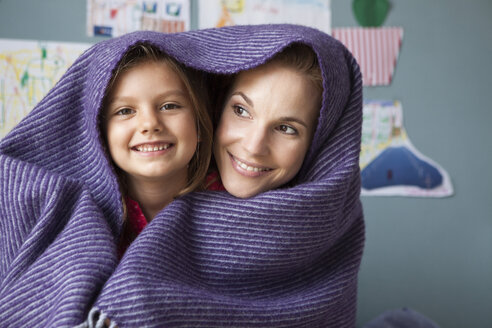 Portrait of mother and little daughter with woollen blanket - RBF003383