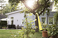 Germany, Eggersdorf, bungalow and garden - FKF001347