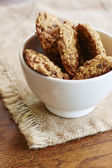 Homemade oat cookies in a bowl - HAWF000838