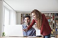 Couple at home looking at laptop - RBF003503